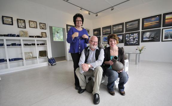 (Foto: Harald Harnang) - Tre kunstnere