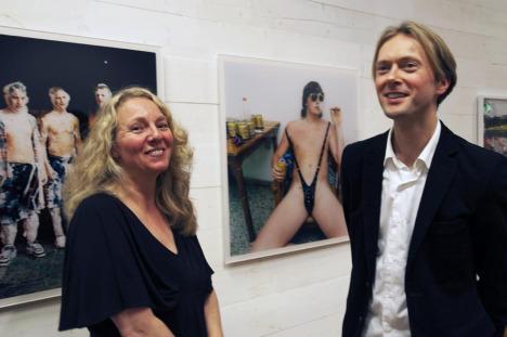 Maria Lundberg - Bente Roalsvig fra Fritt Ord, her sammen med den norske fotografen Knut Egil Wang fra åpningen av utstillingen