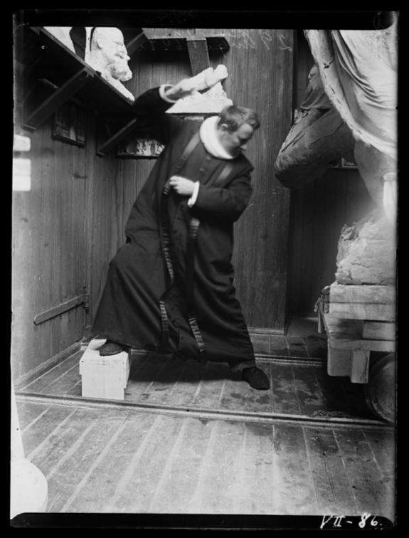 Inga Syvertsen - Gustav Vigeland fotografert i prestedrakt, 29. august 1904