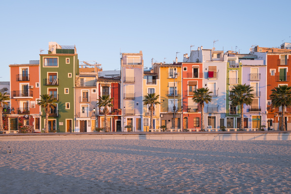 Grandefoto - De fargerike husene langs sjøen i Villajoyosa