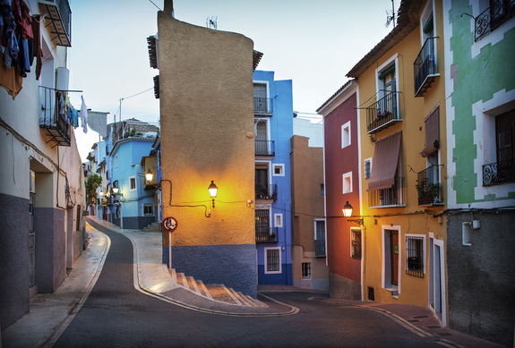 Grandefoto - Gamlebyen i Villajoyosa med smale gater og fargerike hus