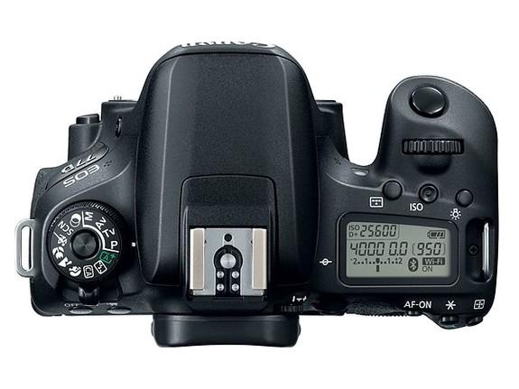 - EOS 77D har LCD-display på toppen, noe 800D mangler.