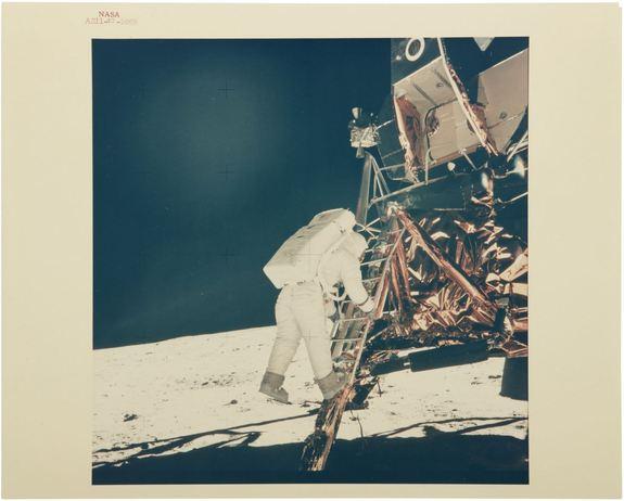 Foto: Neil Armstrong - ALDRIN DESCENDS THE LADDER.