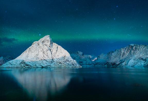 ©Bjørn Joachimsen - Nordlys over Reine i Lofoten.